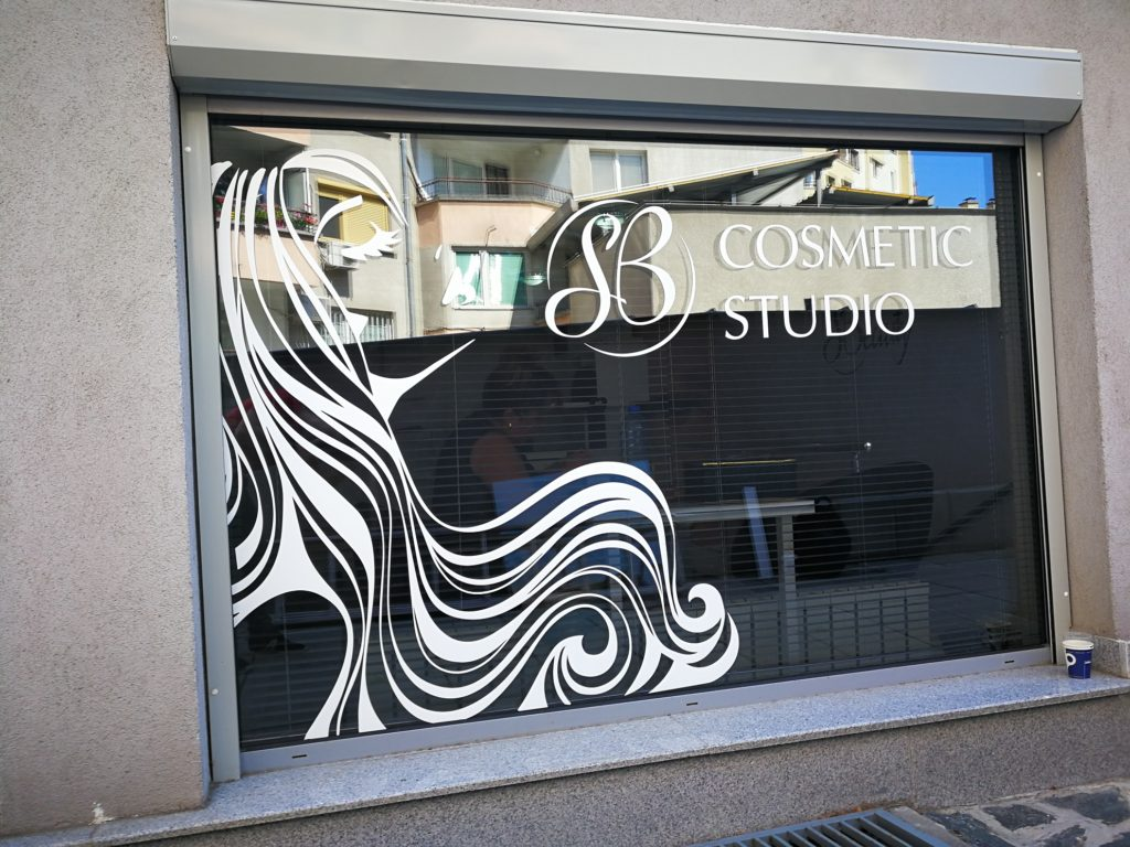 Брандиране на витрина на козметично студио